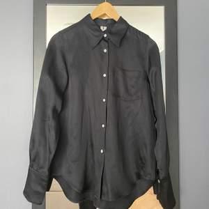 Blank skjorta från Arket i storlek 34. Jag är 163 och brukar ha small, väldigt fint skick. Kan mötas eller frakta, frakten kostar då 66 (spårbart) 😇