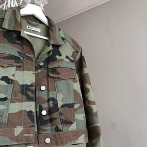 Riktig snygg militär färgad Jeans jacka från Gina. Passar till så mycket men mest en svart outfit.  Väldigt bra material som håller länge. Bra i längden, slutar lite ovanför midjan