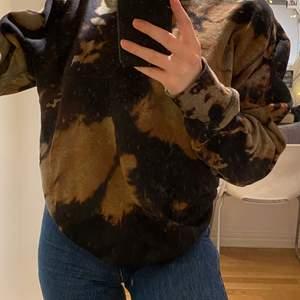 As snygg tie dye tröja, betraktas som storlek XL och jättemysigt material❣️