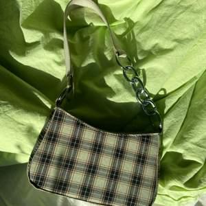 Jättefin, rutig handväska som tyvärr inte kommer till användning. Köpare betalar frakt🥰💕