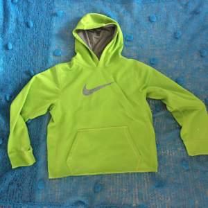Cool neongrön hoodie från Nike, passar en M/L beroende på hur lös passform man gillar