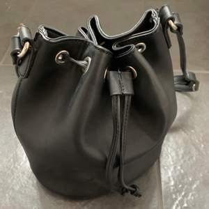 Svart crossbody väska i läderimitation. Knappt använd, fint skick. Nypris ca 350kr, säljer för 150kr inkl frakt✨