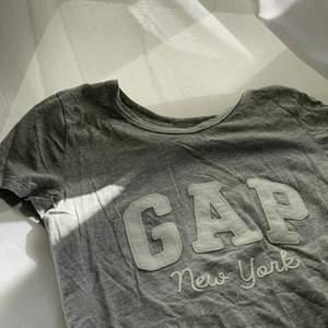Ljusgrå GAP T-shirt i storleken XS. Jätte skönt material och köpt i London.