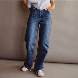 Snyggaste långa och raka/baggy jeansen i blå tvätt, från Zara i storlek 36. Helt nya med prislapp, för stora för mig så de sitter lågmidjat (är 164). Sista bilden är liknande modell, enda skillnaden är att de är en söm där nere