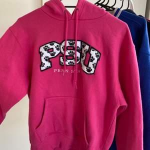 Super ball rosa hoodie! Uppskattad storlek: M Cond: mycket bra! Buda i kommentarerna, startbud: 100kr💕