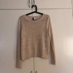 Stickad tunn tröja från HM Stl M  80kr svårt att få en rättvis färg på tröjan men den är lite gammaldags rosa.