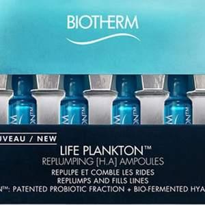 Biotherm Life Plankton H.A. Ampoules är en intensiv och fuktgivande 8-dagars ampullkur för en fylligare och smidigare hud, som upplevs som yngre med en förnyad lyster. Passar alla hudtyper. Ampullerna innehåller ingredienser med naturligt ursprung: bland annat Biotherms unika och återskapande signaturingrediens Life plankton™, C-vitaminkomplex och fuktgivande hyaluronsyra