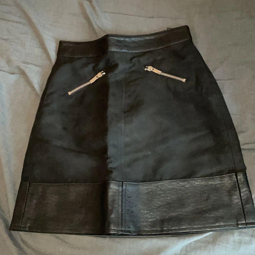 Skit snygg svart oanvänd kjol (för liten) med fake fickor. Kort men täcker ändå 🍑! Super sexig att ha vardagligt eller på fest! . Kjolar.