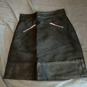 Skit snygg svart oanvänd kjol (för liten) med fake fickor. Kort men täcker ändå 🍑! Super sexig att ha vardagligt eller på fest!