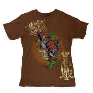 Brun Christian Audigier t-shirt (han är känd för ex ed hardy, von dutch) Massa rhinestones!
