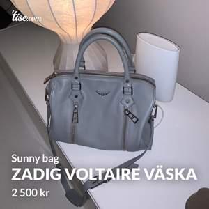 Säljer min skitsnygga gråa zadig & voltaire västa i modellen Sunny Bag. Den är verkligen i absolut nyskick, har knappst använt den och därför har den inga märken eller något fel. Säljer den därför bara till ett bra pris, den är köppt för lite över 4000kr😇