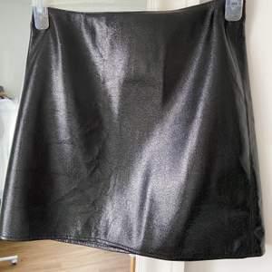 Sexig, enkel, kort vinyl kjol från Warehouse. Dragkedja bak. INGEN stretch! ALDRIG använd så i utmärkt skick!