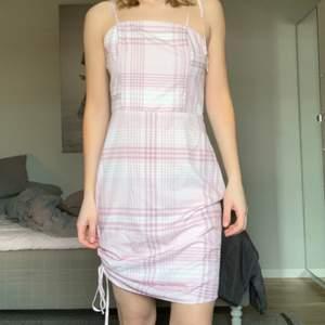 Sjukt trendig klänning. Lite lång för mig och är därför jag säljer den. Går även lätt att sy upp.