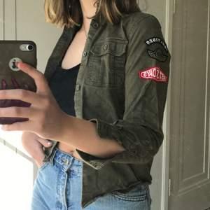 Jag säljer en supercool militärgrönt jacka med grå huva. Den har balla märken och tryck💚 (storleken är barnstorlek men den motsvarar typ XXS/XS) I befintligt skick.                                                         Kontakta mig i dm om du är intresserad☺️