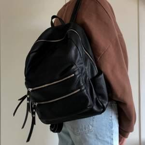 Snygg och rymlig ryggsäck i PU-läder, lite använd men fortfarande i fint skick! Köpt för 600 kr på Accent. Köparen står för frakt 🖤