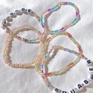 Du kan designa dina egna armband och ringar! Vi har superfina färger med många möjligheter att göra det ni vill. Ringar kostar 10kr st