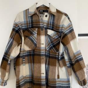 Säljer denna superfina skjortjacka från Zara i storlek S (sitter mer oversized). Endast använd en gång och säljer nu då den inte kommer till användning. Mycket gott skick!  Skriv om ni är intresserade eller har några funderingar😊 pris kan diskuteras!