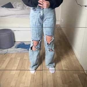Säljer mina snygga håliga jeans från boohoo, kommer tyvärr inte till användning. Hör av er för fler bilder. ( det är bra material trots att de kommer från boohoo ) storleken är 38 men passar även 36!