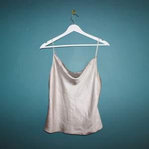 Siden mode från hm med supersöt urringning! Helt ny och oanvänd!