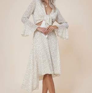 Oanvänd klänning från Adoore, lappen sitter kvar på klänningen.  Riviera dress i färgen Lemon. Storlek XS  Slutsåld på Adoores hemsida.