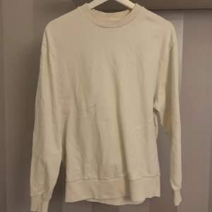 Vit sweatshirt så fint skick jätte mjuk , köparen står för frakt ❤️ storlek xs med väldigt oversized