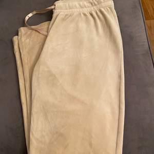 Ett par beige mjukis byxor från gina tricot, väldigt bra skick, storlek S men passar även M. 75kr + frakten💕 skriv till mig för frågor.