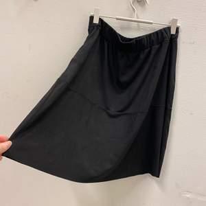 Svart kjol i mocka-liknande material. Använd 1-2 gånger. Fler bilder kan tas vid önskemål. Frakt tillkommer