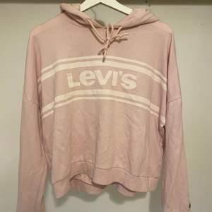 En babyrosa hoodie med luva från Levi's. Använd ett fåtal gånger, bra skick. Strl 40