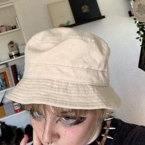 Beige hatt från Gina