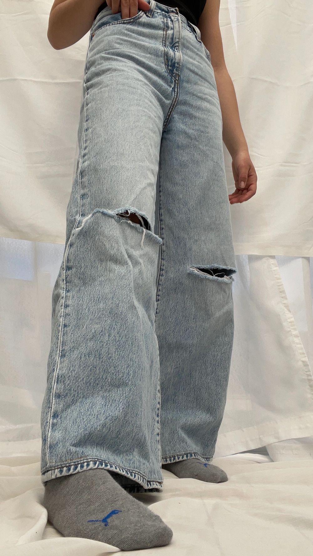 Levis jeans köpta här på Plick⚡️ De är insydda i midjan och upplagda vid benen hos en skräddare, hålen på knäna har jag gjort själv🤩 de är sparsamt änvända🌸 skulle säga att du passar xs & s, 34 & 36. Jeans & Byxor.