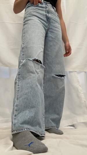 Levis jeans köpta här på Plick⚡️ De är insydda i midjan och upplagda vid benen hos en skräddare, hålen på knäna har jag gjort själv🤩 de är sparsamt änvända🌸 skulle säga att du passar xs & s, 34 & 36