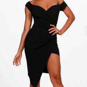 Svart klänning med slits. Endast använd 1 gång! Det är storlek 38 men passar 36 också!
