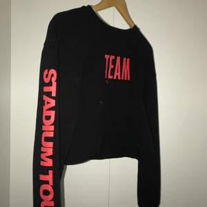 En as cool croppad Justin Biber sweatshirt från hm i storlek XS men passar mig som har S. Den är väl använd men ändå i bra skick. Säljer för 60+frakt.💕