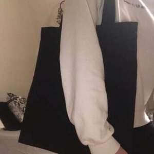 Säljer denna basic svarta tygpåsen/tygväskan. Den är i nyskick och aldrig andvänd. Fett snygg och superbra till stranden, skolan osv💓💓 GRATIS FRAKT
