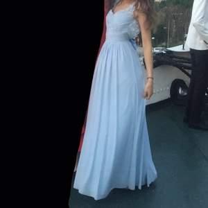 Så vacker balklänning köpt på en balklänningsaffär jag inte minns namnet på. Nypris: 1200 kr, mitt pris 500 kr. Endast använd under ett tillfälle. Jag är 173 cm lång. Frakt 66 kr.