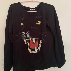 En cool tröja med Panter på! Storlek 158-164 men passar mer som S/M!