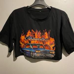 Supercool croppad T-shirt med tryck! Använd 1 gång. 💜