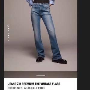Säljer nu dessa otroligt populära och trendiga Zara jeansen, som är helt slutsålda på hemsidan!! Säljer pga att de var tyvärr för strora för mig😔😔 Köptes för 359kr men säljer bara för 250, så skynda om ni är intresserade!!!💖💖 Kom privat för bilder😆💕