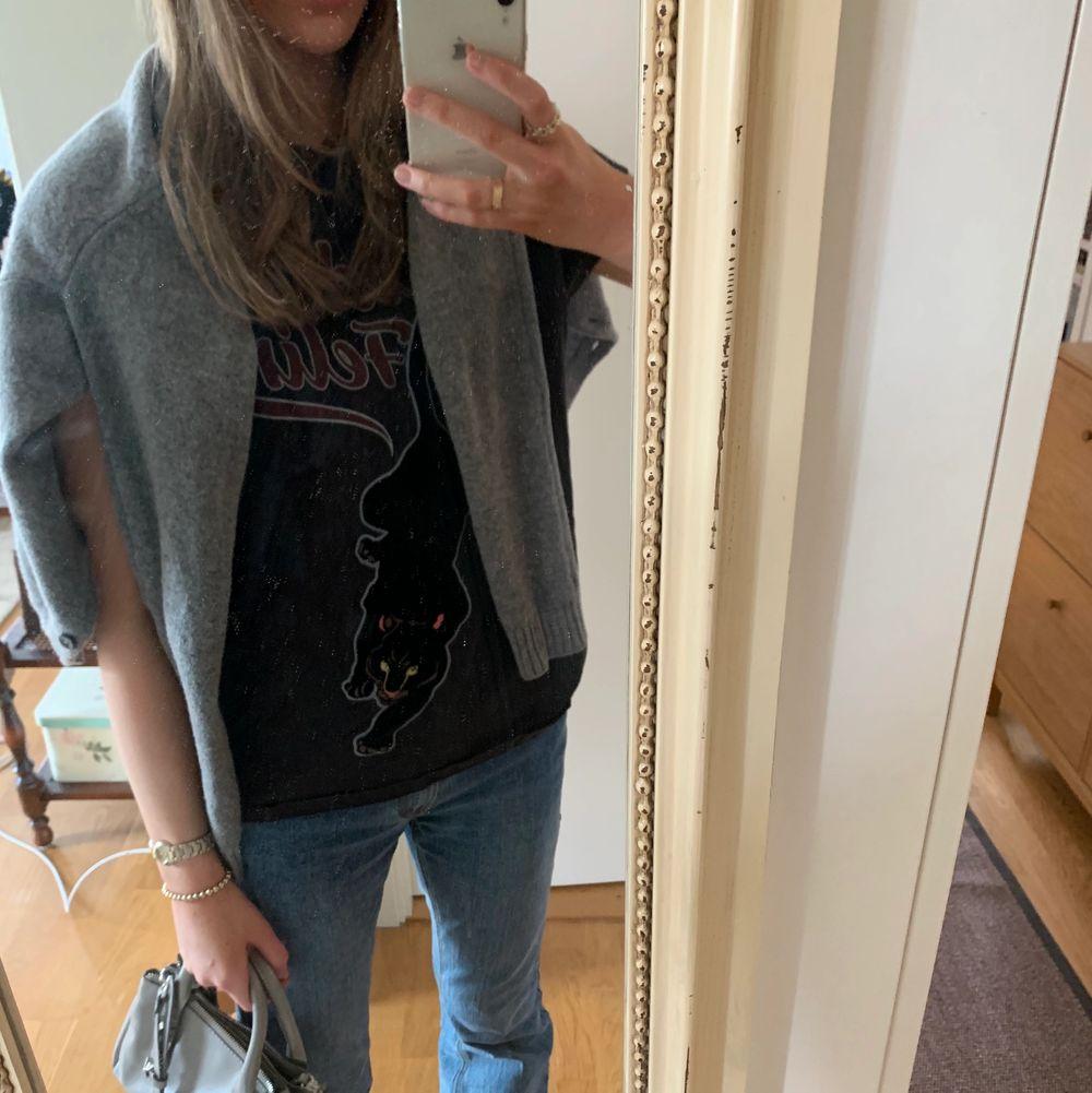 En jättefin t-shirt med rockbandsstil där de står wild feline med en panter! 🖤🐆💋 (Pantern har ett sammetsmaterial! 💗) Använde den för cirka 2-3 år sedan ksk 3 ggr totalt men ända sedan dess har den legat i min garderob och inte blivit använd :( ⚡️💚 Storlek S men passar även M!. T-shirts.