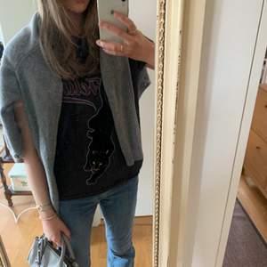 En jättefin t-shirt med rockbandsstil där de står wild feline med en panter! 🖤🐆💋 (Pantern har ett sammetsmaterial! 💗) Använde den för cirka 2-3 år sedan ksk 3 ggr totalt men ända sedan dess har den legat i min garderob och inte blivit använd :( ⚡️💚 Storlek S men passar även M!