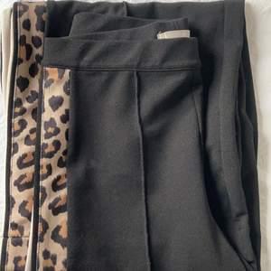 Säljer dom här snygga byxorna då dom är för små för mig. De är köpta på h&m och använt max 5 ggr. bra passform💜