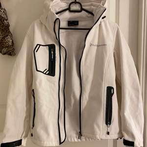 Säljer min peak performance jacka som jag har använt 3 gånger. Den är som ny, kommer aldrig till användning.