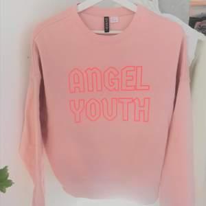 Sweatshirt i strl S. Endast använd fåtal gånger, därav inga defekter. Skicka privat för frågor etc! 💓
