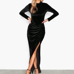 Snygg lång klänning från Nelly i velvet, använd 1 gång