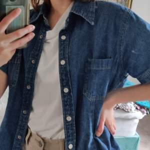 en jättecool och unik jeanskjorta köpt secondhand! den är jättesnygg, men tyvärr kommer den aldrig till användning hos mig. står M men sitter fint lite oversized på mig som är en S. nyskick! 💙