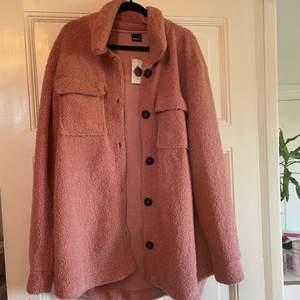Perfekt vårjackan! Säljer då jag har för många jackor. Den är lite mer rosa irl. Aldrig använd, lappen kvar. Frakt tillkommer