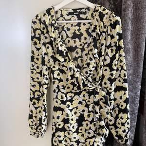 Superfin blommig klänning från bikbok. Perfekt till midsommar och andra sommardagar. Kommer från bikbok och är en strl 34. Säljer för 150kr+frakt💕💗