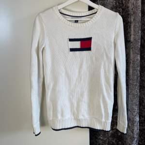 Superfin stickad Tommy Hilfiger tröja i strl xxs men passar mig som är en xs-s💕💞💞  Nyskick och är köpt för ca 1400kr. Säljer för 300kr+frakt💕💞💗