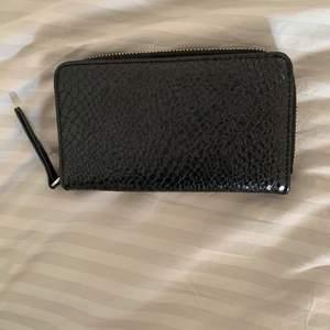 Gullig plånbok från Monki i svart fake skinn. Den är ganska rymlig och du får plats med både kort, kontanter och kvitton. Kostade 200kr ny.😌