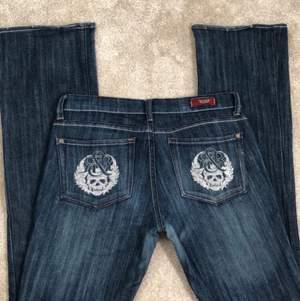 Verkligen ett par dröm jeans! Lågmidjade mörkblåa jeans i bootcut ❤️ Skulle rekommendera dessa jeans för någon som är längre än 165cm då dem är väldigt långa på mig som är 158cm.                                    Dem är för stora på mig och har därför inga bilder med de på. Riktigt cool mörkblå färg och massa detaljer 👍       Buda från 300kr, tack😌 Samma företag som gjort jeans med Victoria Beckham